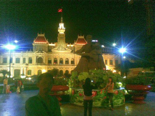Ho Chi Minh City: bersantai selepas senja di taman kota.... bukan di mall