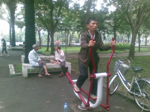 HCMC: olah raga pagi di taman kota yang luas indah segar dan gratis.....  bukan di gym nya mall yang bayar...