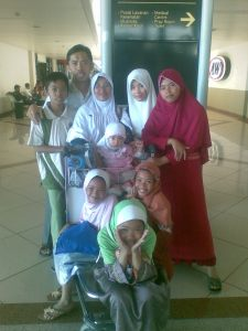 Bersama istri dan 7 anak anak saya yang kini sudah pada gede-gede