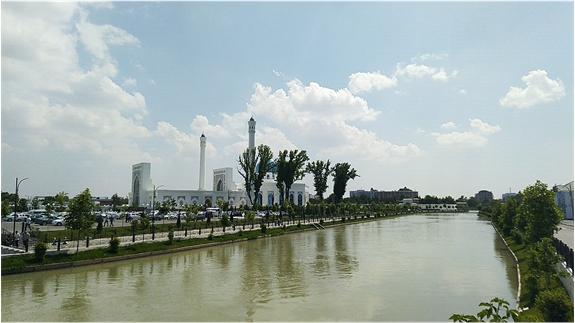 sungai tengah kota tashkent dekat masjid minor